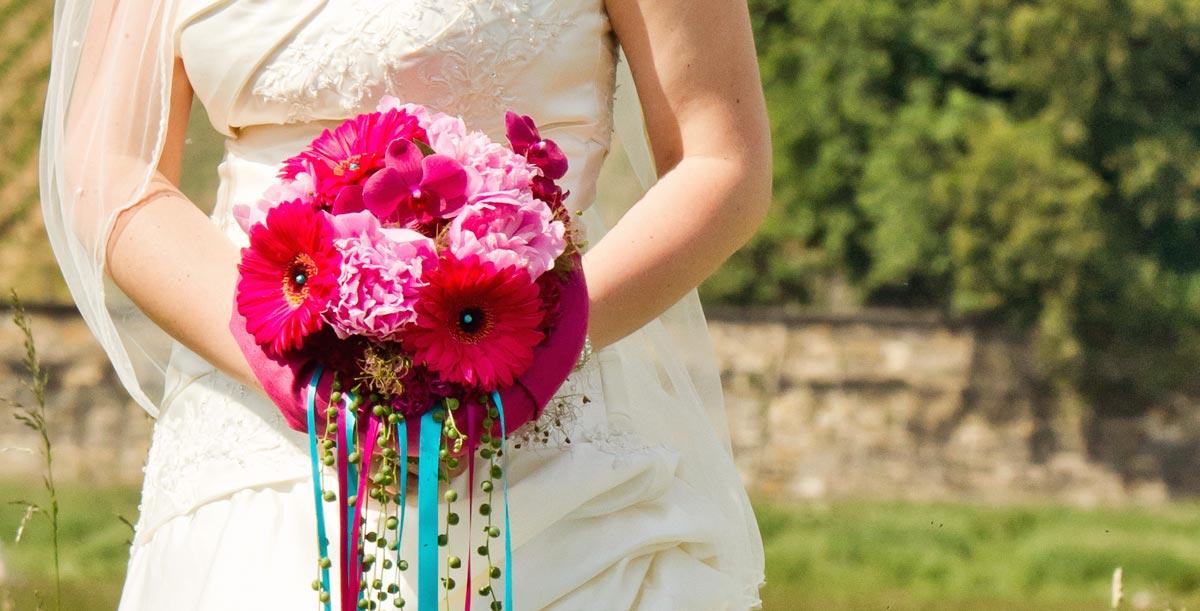 Gluckliche Brautpaare Und Ihre Florale Hochzeitsdekoration